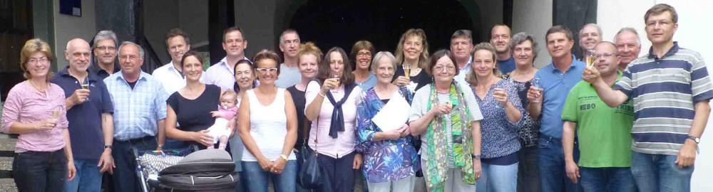 Gründungsmitglieder Bürgerforum feiern die Vereinsgründung.