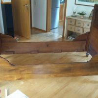 Antikes, vollmassives Kirschholzbett zu verkaufen